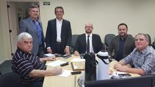 Sindimóveis-RS e membros da ASCORI em reunião na sede do sindicato