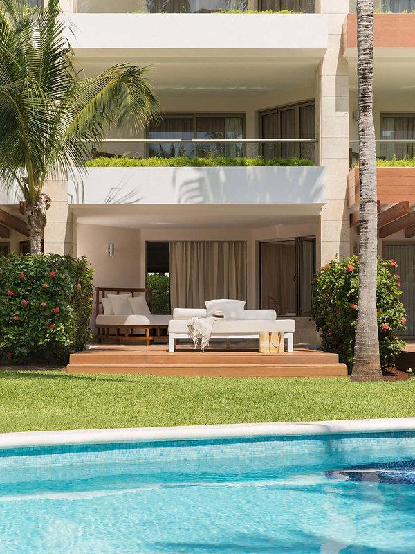 swim-up-suites-mexico.jpg