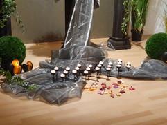 Kerzen und Beleuchtung schaffen die optimale Stimmung für den Abschied.