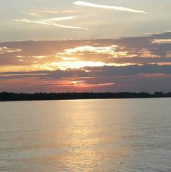 Stimmungsvoller Sonnenuntergang nach einer Flussbestattung