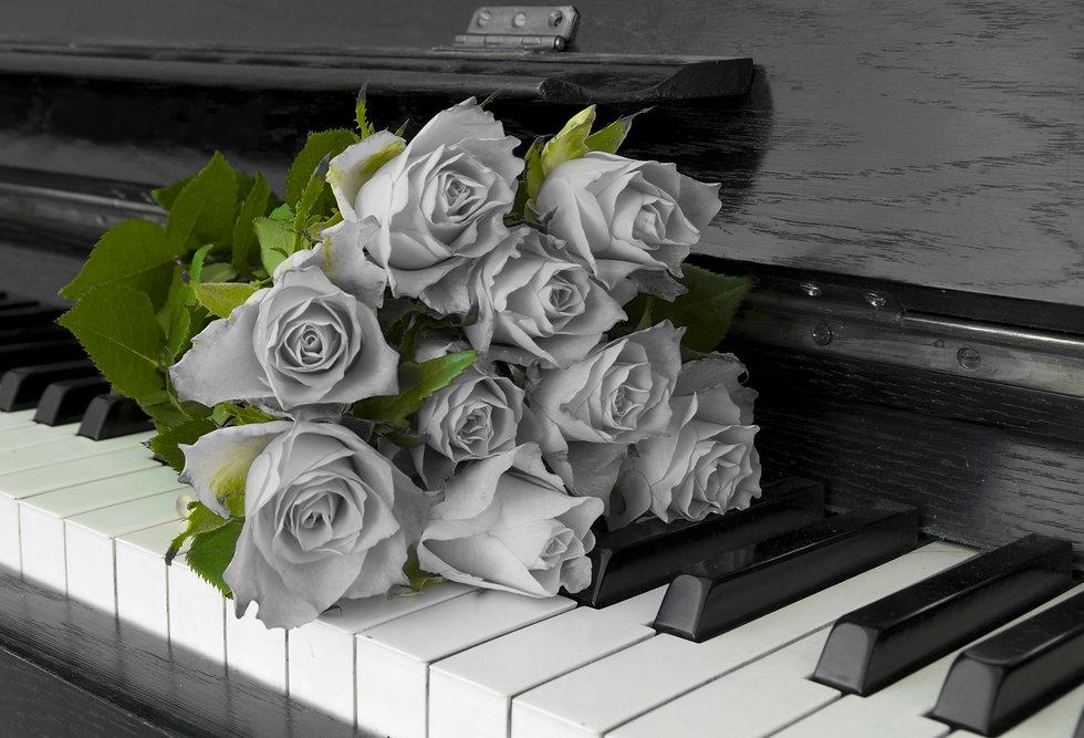 Unvergessen - Blumen auf dem Klavier