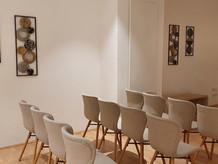 Unsere Trauerhalle bietet die Möglichkeit, im individuellen familiären Rahmen von den Verstorbenen Abschied zu nehmen.   Variable Bestuhlung lädt auch zu Lesungen und Vorträgen ein.