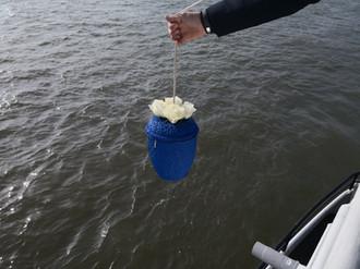 Urnenübergabe ins Wasser