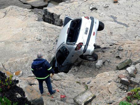 Mar del Plata | Perdió el control del auto, se subió a la vereda, rompió el paredón y cayó al vacío