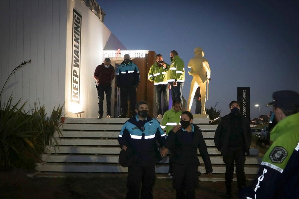 """Una fiesta clandestina, con alrededor de 700 personas, 60 autos y disc jockey, fue desactivada esta madrugada en la zona de Médanos """"La Olla"""", en la localidad balnearia bonaerense de Pinamar, en el mismo lugar donde ocurrió lo propio el fin de semana pasado."""