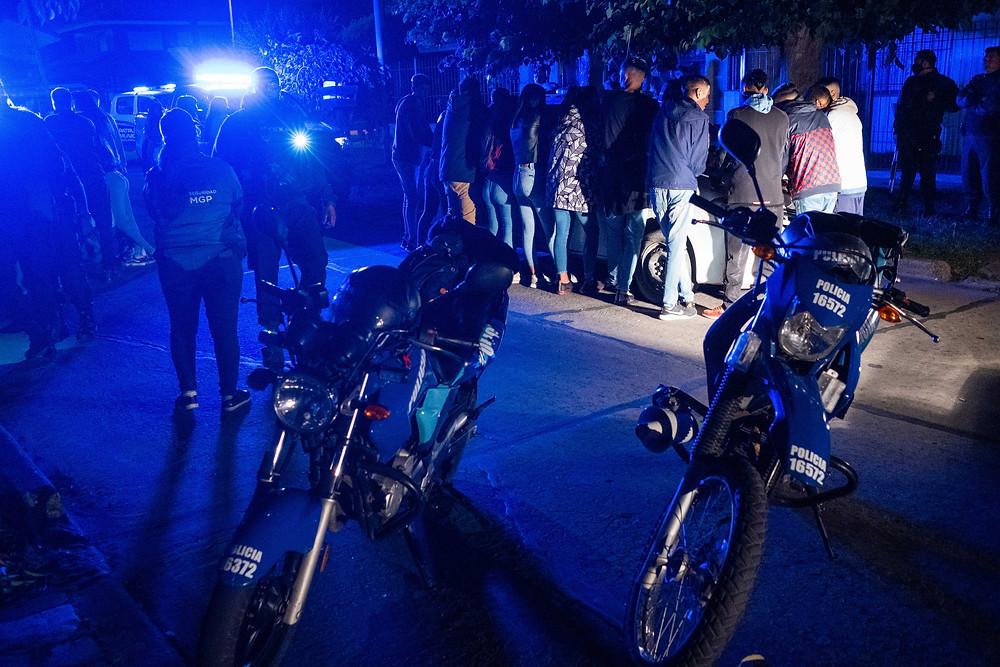 Una fiesta clandestina en La Plata, de las que participaban más de 1.000 personas, fue desarticulada esta madrugada por violar las normas del distanciamiento social preventivo y obligatorio (DISPO) por la pandemia de coronavirus.