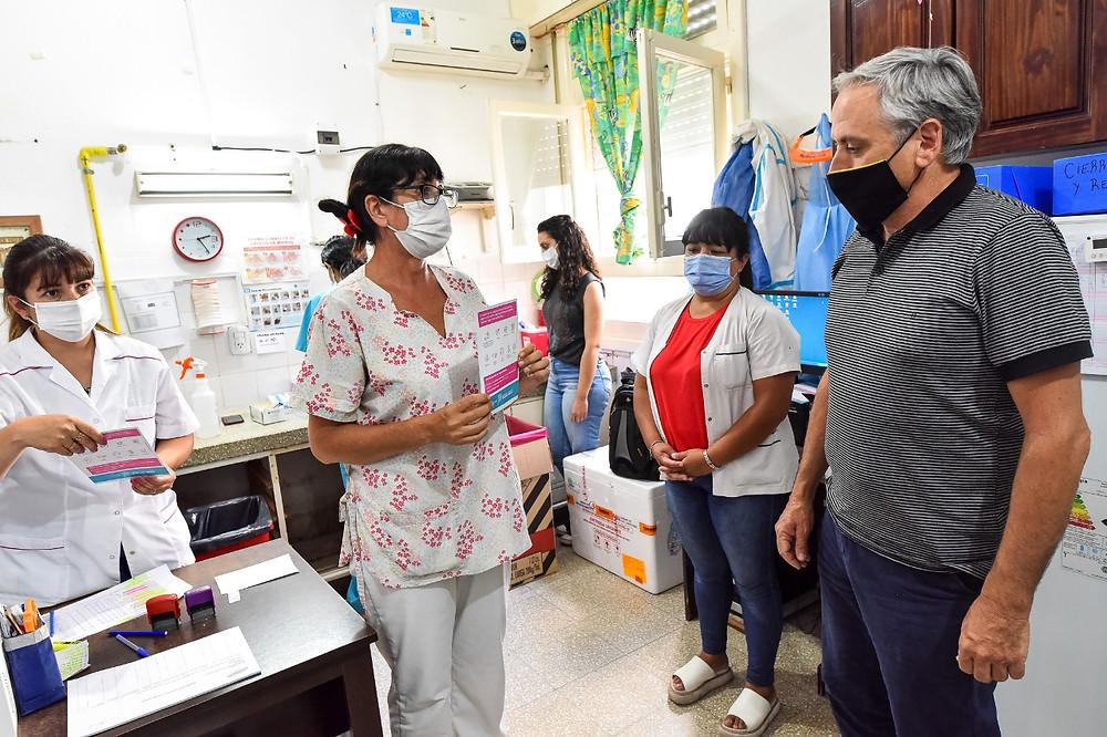 Intendente Javier Gastón supervisando el operativo de vacunación en Chascomús.