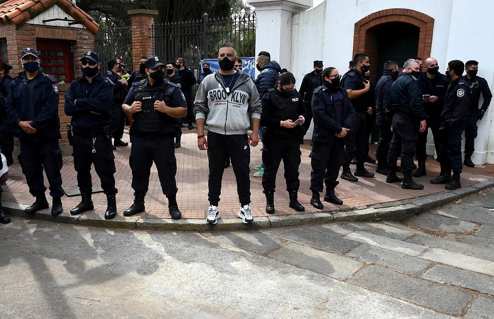 Efectivos de la policía bonaerense realizan una manifestación frente a la Quinta de Olivos bajo un reclamo de mejora salarial.