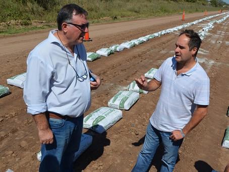 Navarro   Supervisan prueba para la estabilización de caminos rurales
