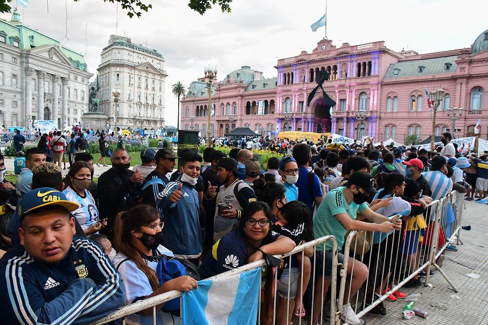Maradona recibe el último adiós de miles de personas en la Casa Rosada.