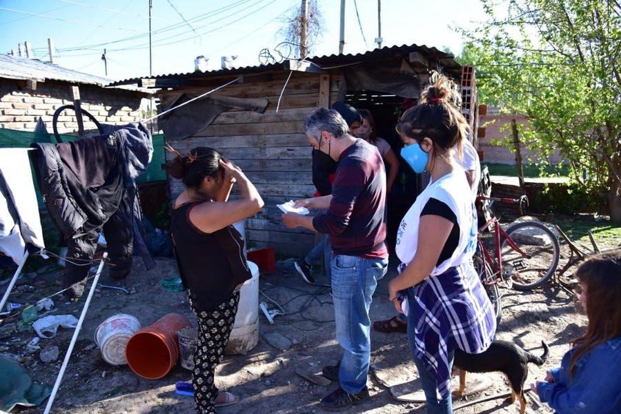 Andrés Larroque visitando familias que aceptaron ser reubicadas.