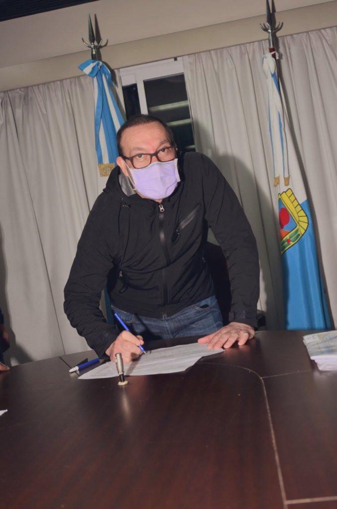 Luis Vivona firmando su precandidatura.