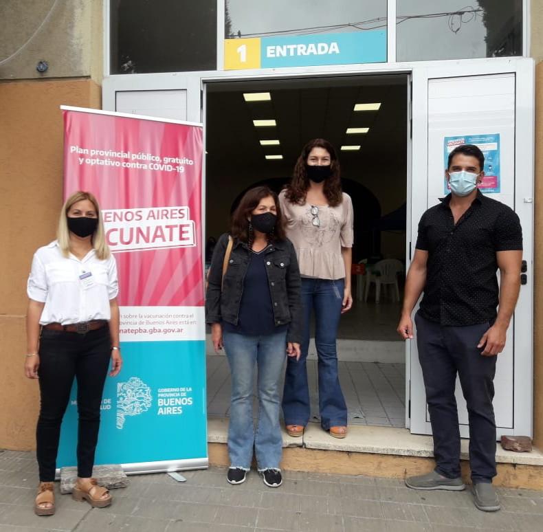 De Battista en San Miguel del Monte, coordinando el arribo de vacunas contra el coronavirus a la posta sanitaria montada en instalaciones del Colegio Nacional.