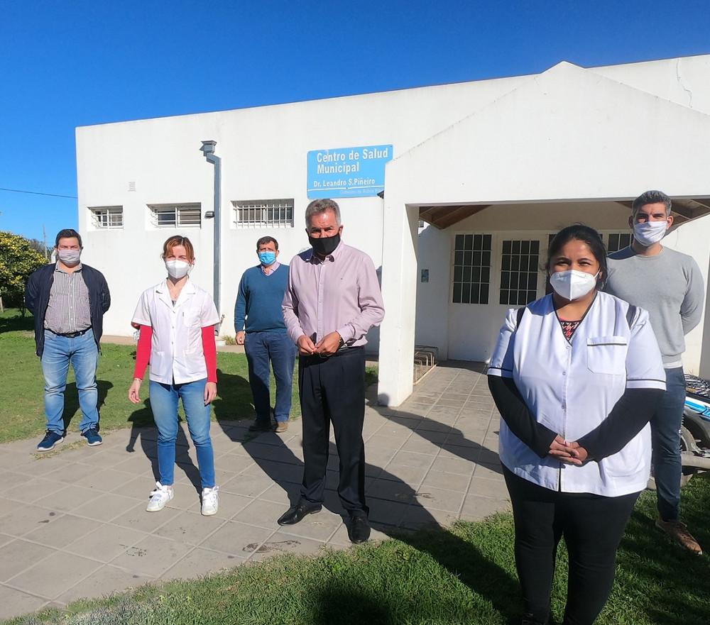 El Intendente Gray recorriendo el Centro de Salud Piñeiro donde se realizará el test de antígenos, con resultado listo en solo 15 minutos.