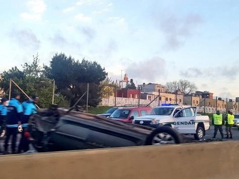 Un muerto y tres heridos tras un choque y vuelco en la autopista Buenos Aires-La Plata