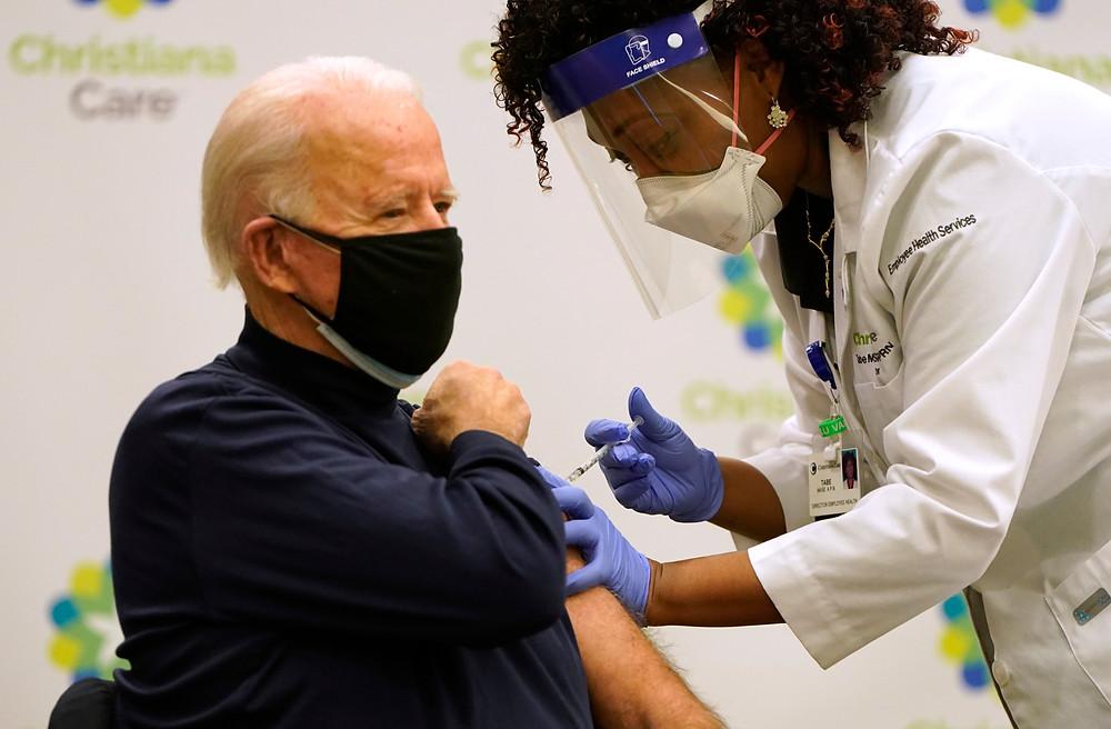 El presidente electo Biden, de 78 años, recibió ayer la primera dosis de una vacuna contra el coronavirus en un evento televisado como parte de una campaña para convencer a la población de que la inmunización es segura.