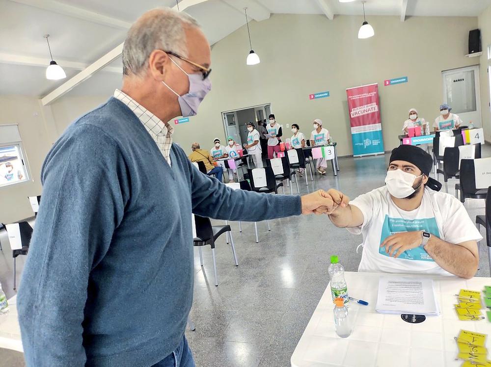 Gollan recorrió vacunatorio en Pehuajó.