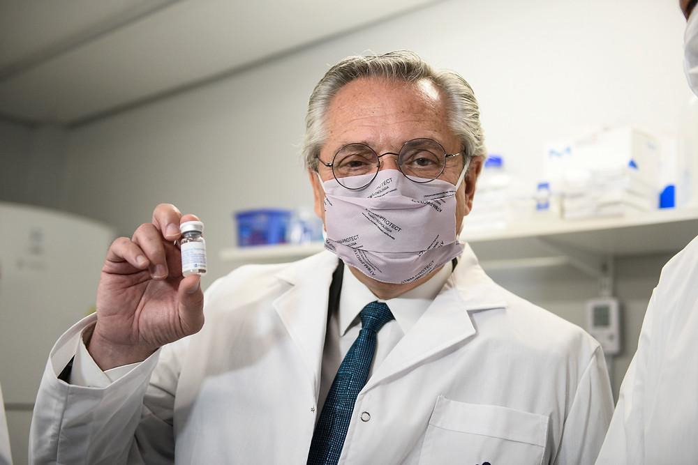 El presidente Alberto Fernández recorre los laboratorios de la universidad nacional de San Martín donde se desarrolló el suero equino hiperinmune, que es un medicamento terapéutico para tratar a pacientes infectados por coronavirus y que en estudios desarrollados por investigadores argentinos demostró reducir la mortalidad casi en un 45% .