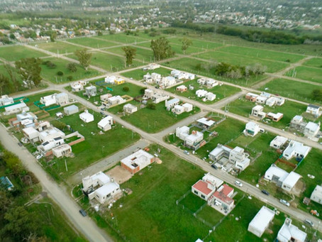 Ferraresi recorrió el predio en La Plata donde se construyen viviendas familiares