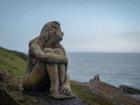 Mar del Plata | El misterio de la escultura de una mujer sentada en la costa