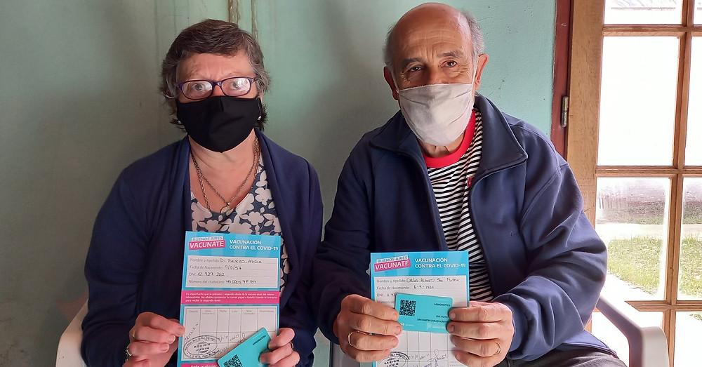 Alicia De Pierro y Carlos Alberto San Martín, tienen 63 y 66 años, respectivamente, y más de 42 años de casados. Los dos son trabajadores del sistema educativo y esta mañana recibieron la segunda dosis de la vacuna contra el Covid-19 en Junín.