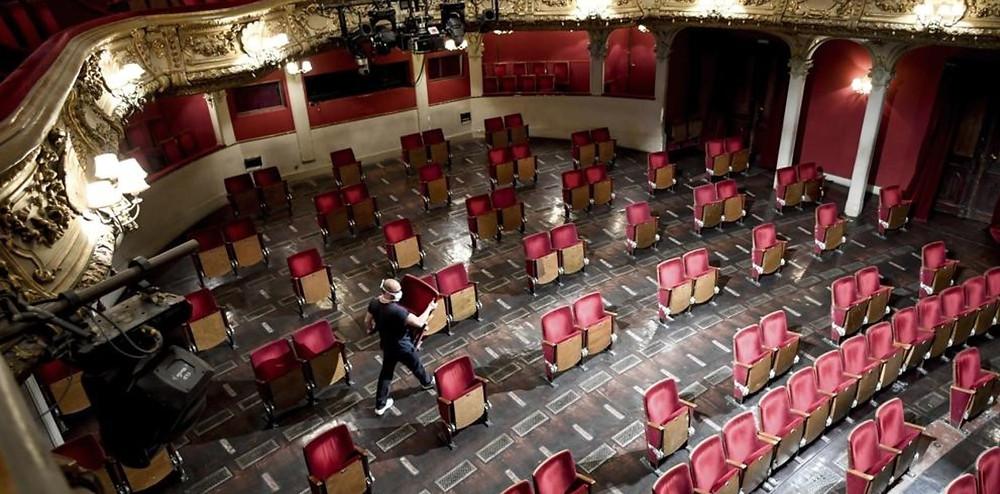 El interior de la sala de la compañía de teatro Berliner Ensamble, en Berlín (Alemania), cambió su fisonomía para minimizar el riesgo de contagio de coronavirus.