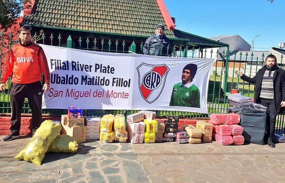 """El """"Pato"""" Fillol, en su casa en Monte, con los chicos de la filial River Plate."""