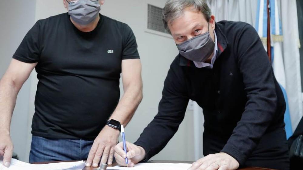 Mariano Cascallares firmando su precandidatura.