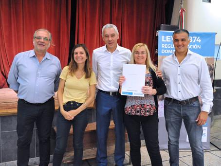 Berisso | Junto a Fernanda Raverta, Cagliardi entregó 42 escrituras