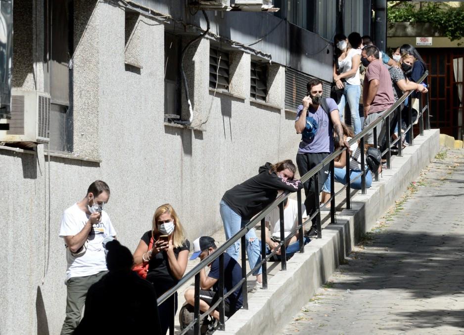 Largas filas para hisoparse en el Hospital Rossi de La Plata.