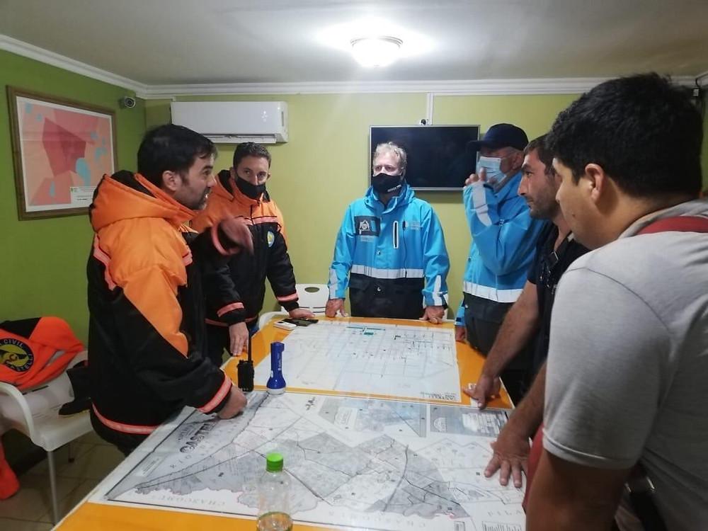 El Intendente de Castelli, Francisco Echarren, junto a los integrantes del cuerpo de Defensa Civil, evaluando la situación por el temporal.