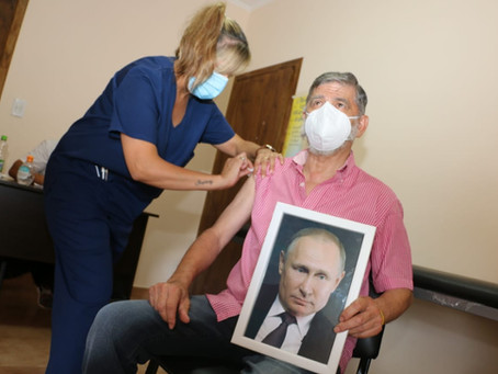 Roque Pérez | Con un cuadro de Vladímir Putin, Gasparini se vacunó contra el coronavirus