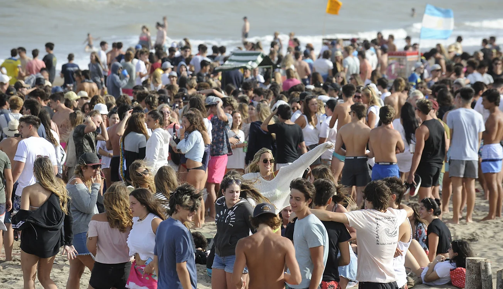 Jóvenes se reúnen en playas de Pinamar incumpliendo con los cuidados necesarios para evitar contagios de coronavirus.