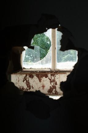 Christian_Sicht aus dem Dunklen durchs Fenster