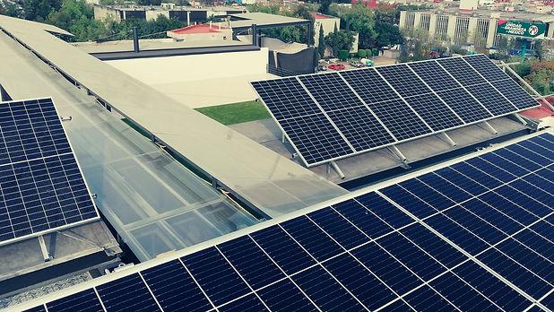 Instalación de paneles solares en edificio - Enersing