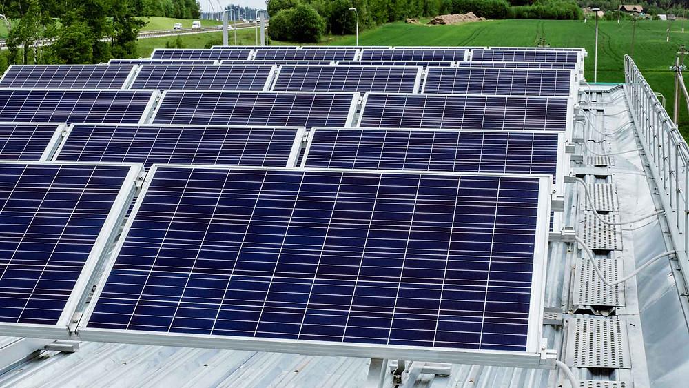 Paneles solares en techos de empresas - Enersing