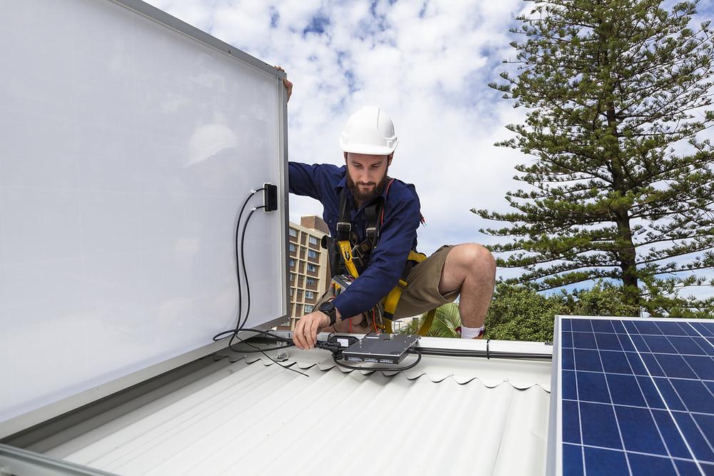 Instalación de paneles solares con microinversores