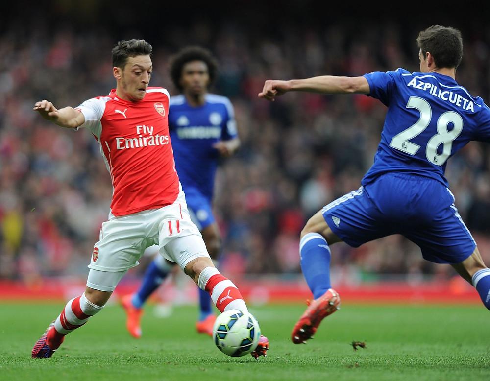 Ozil takes on Chelsea defender Azpilicueta. Getty.
