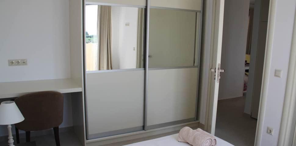 bedroom-wardrobe-bungalow-bayview-makrigialos