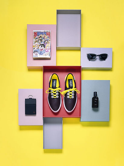 still-life-chaussure-kenzo-manga-lunettes-ray-ban-aesop-parfum-mandarina-duck