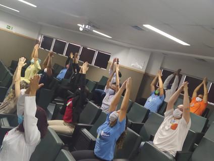 Colaboradores do Hospital da Mulher Heloneida Studart participam de aulas gratuitas de Yoga