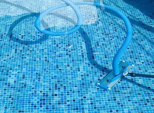 Aspirar-a-sujeira-que-decantou-na-piscin