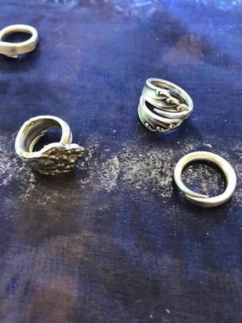 Schmuckstücke aus altem Silberbesteck