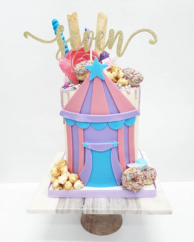 🍭CARNIVAL🍬_•_How fun is this cake_! Mi