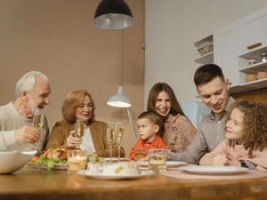 איך נעזור לאדם עם דמנציה להשתתף בארוחות משפחתיות