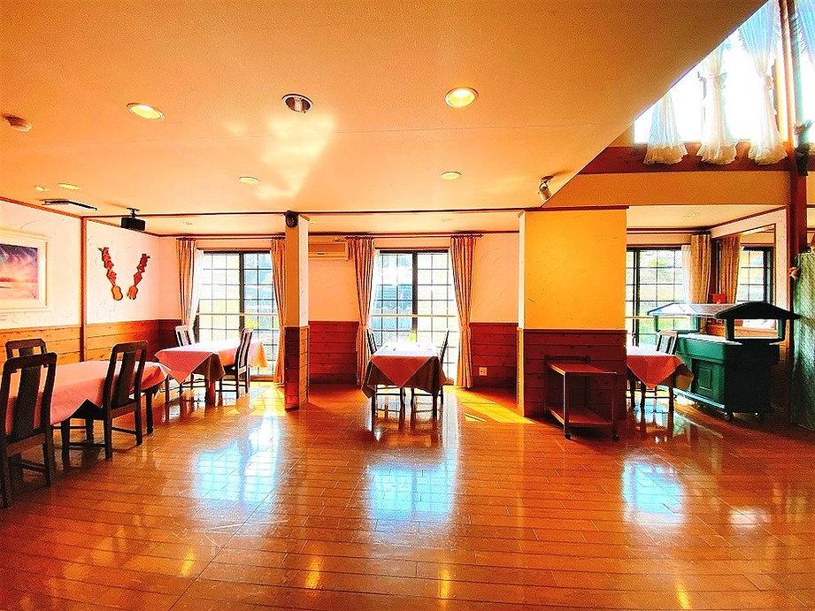 ソーシャルディスタンスも確保された開放的なダイニングルーム