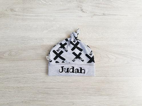 """Personalizēta pelēka cepure ar """"+"""" dizainu ar mezgliņu"""