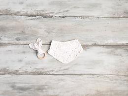Balta lacīte ar rozā zvaigznītēm un graužamriņķis