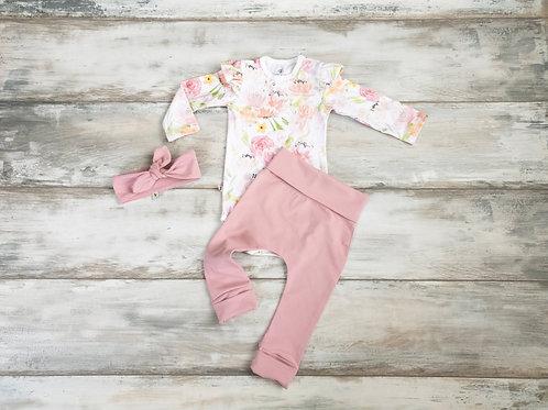Maigi rozā ziedu raksta bodijs, vecrozā krāsas bikses un matu lenta