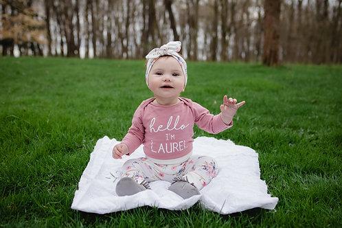 Rozā ziedu dizaina bikses, cepure vai matu lenta un rozā bodijs ar bērna vārdu